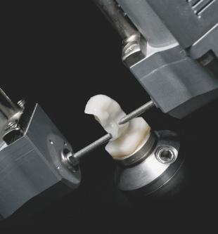 ミリングユニットによるセラミックブロックの自動切削